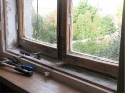 Как утеплить щели в окнах